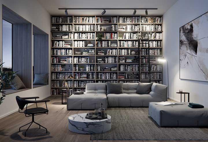 Uma biblioteca sóbria e muito bem organizada para combinar com o restante da decoração da sala