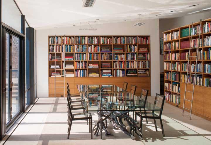 Já pensou em fazer a biblioteca na sala de jantar?
