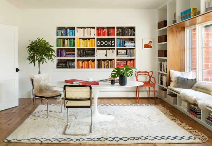 A biblioteca fica linda quando os livros são organizados por cores