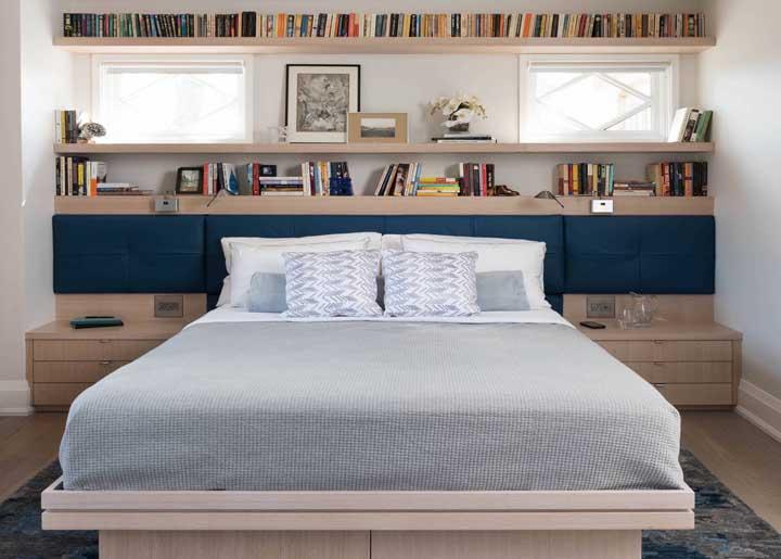 Um bom lugar para organizar os livros é sobre a cabeceira da cama