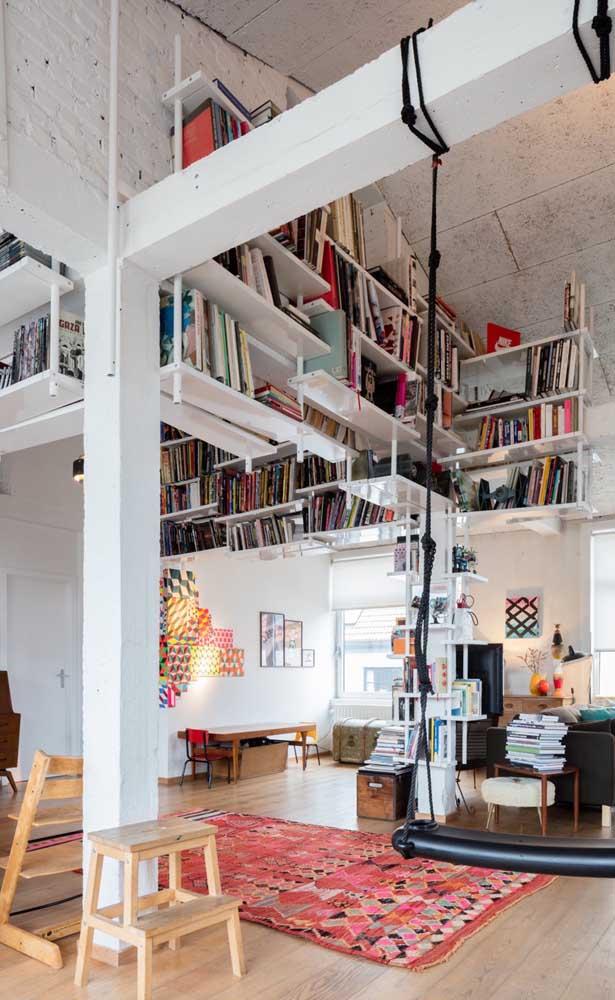 Quem tem casa com pé direito duplo pode tirar proveito desse espaço extra para montar uma biblioteca aérea