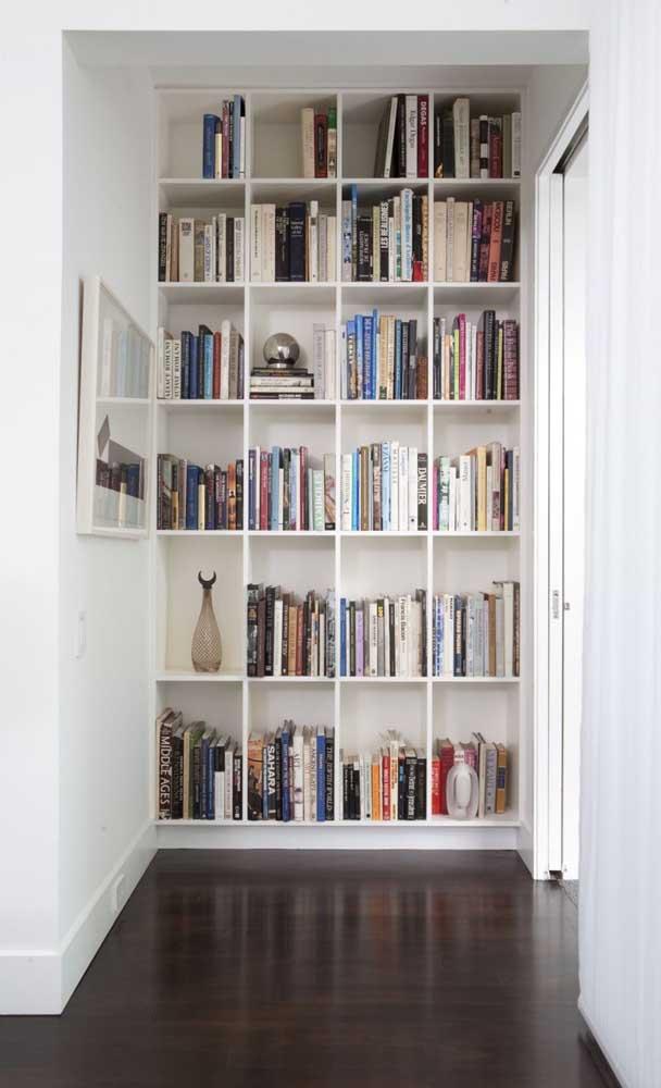 Biblioteca no corredor da casa; uma parede foi suficiente por aqui