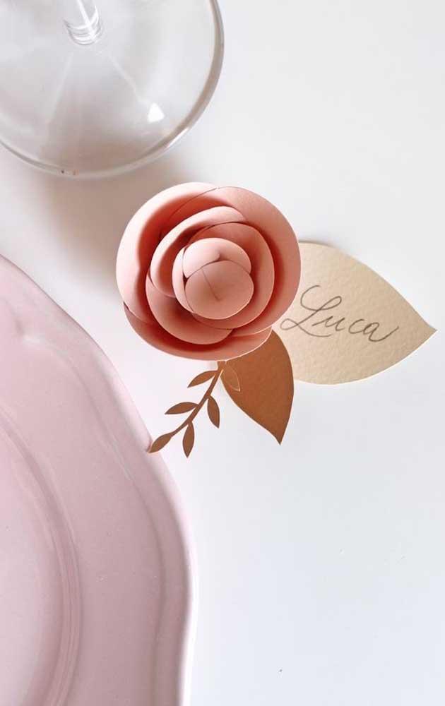 Enfeite de flor de papel para decorar a mesa do jantar das Bodas de Papel
