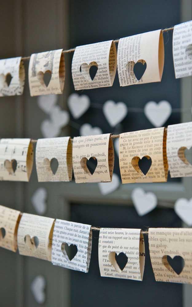 Varalzinho de papel com recortes de coração; uma linda maneira de colocar o tema das bodas na festa