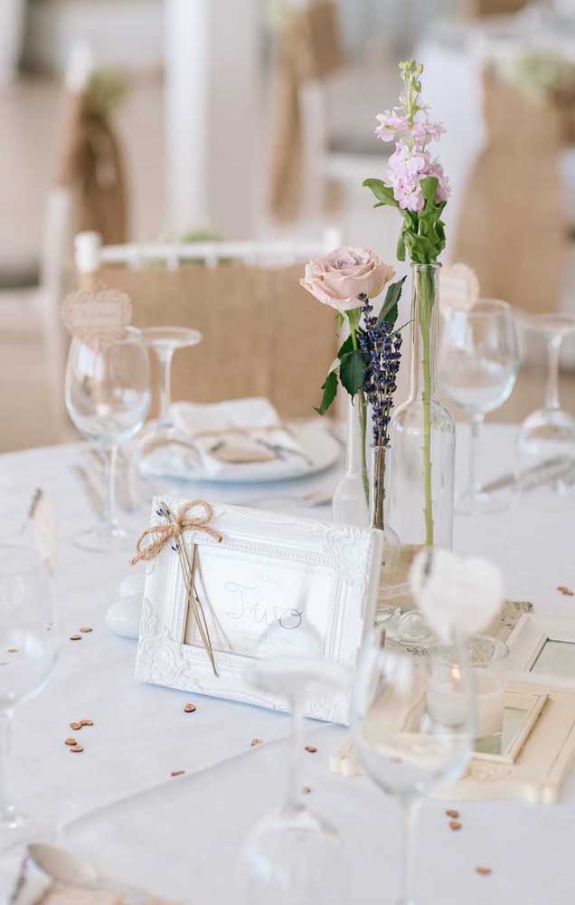 Decoração simples e elegante para a mesa dos convidados das Bodas de Papel