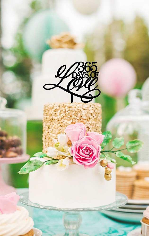 """Um modelo criativo para o topo do bolo com o enfeite """"365 dias de amor"""", ideal para as Bodas de Papel"""