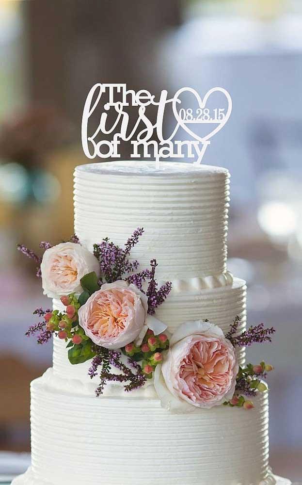 Neste bolo das Bodas de Papel, a frase escolhida para o topo foi o primeiro de muitos