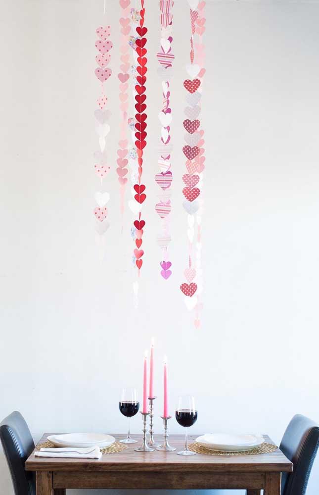 Essa comemoração de Bodas de Papel a dois foi decorada com corações de papel colorido