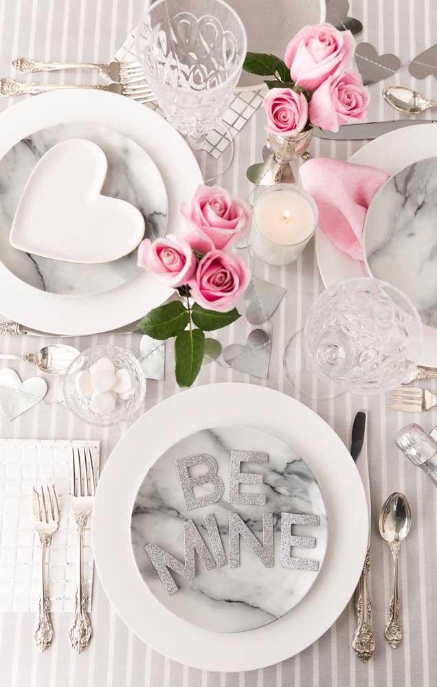 Mais uma ideia linda de como decorar a mesa de jantar para as Bodas de Papel do casal