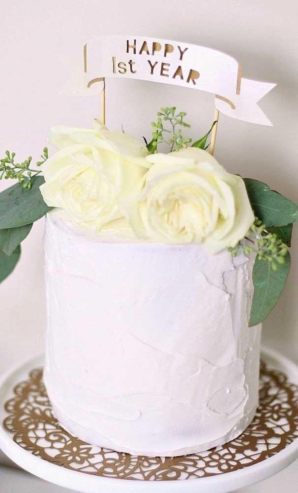 Um bolo lindo e simples para comemorar as Bodas de Papel do casal