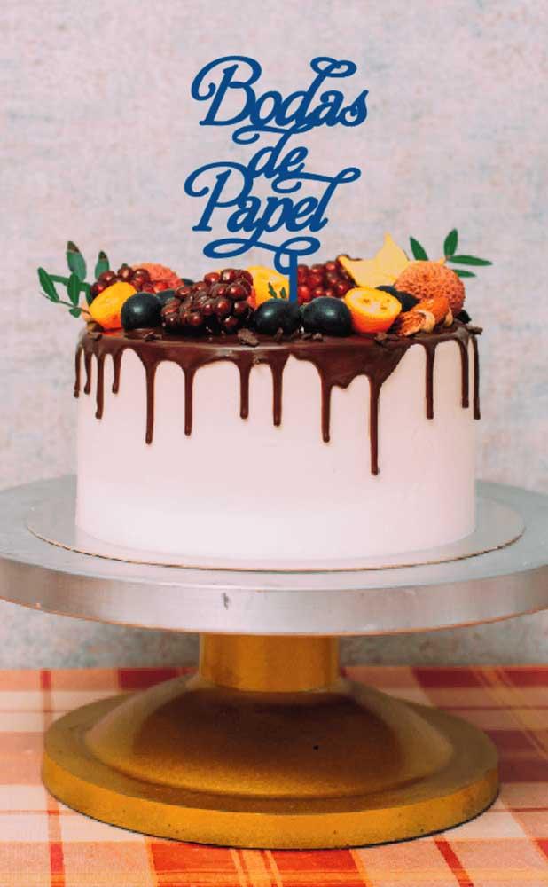 Um bolo de frutas para comemorar as Bodas de Papel do casal