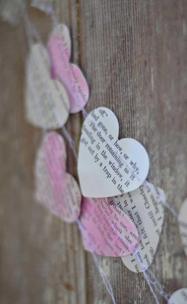 O varal de corações de papel é uma opção barata e simples para decorar as Bodas de Papel