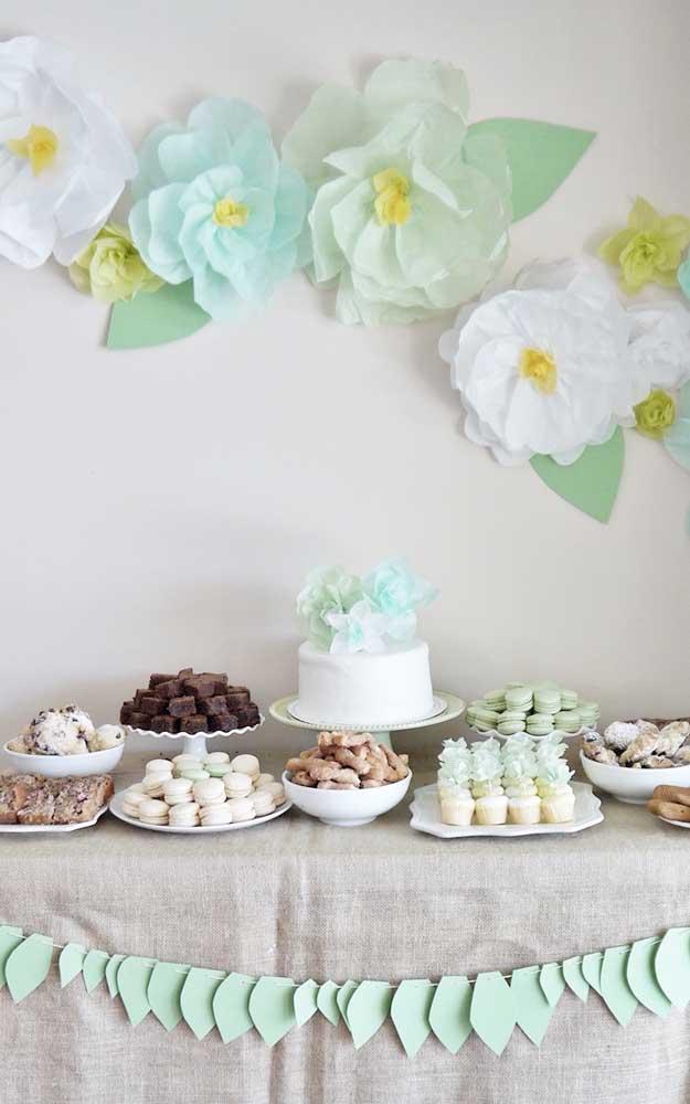 Modelo de decoração para mesa de bolo e doces das Bodas de Papel