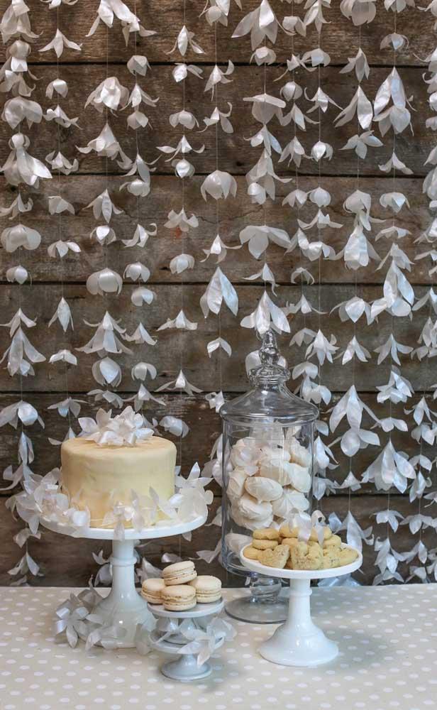 Aqui, as flores de papel criaram um verdadeiro painel para decorar a mesa das Bodas de Papel