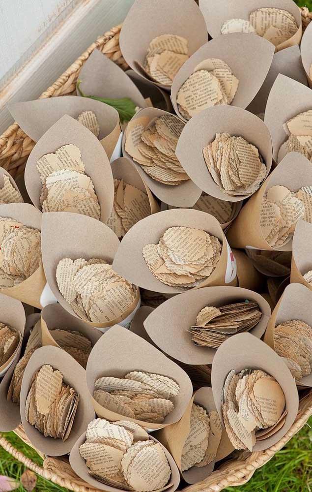 Para comemorar as Bodas de Papel, corações de papel foram distribuídos para criar uma chuva sobre o casal