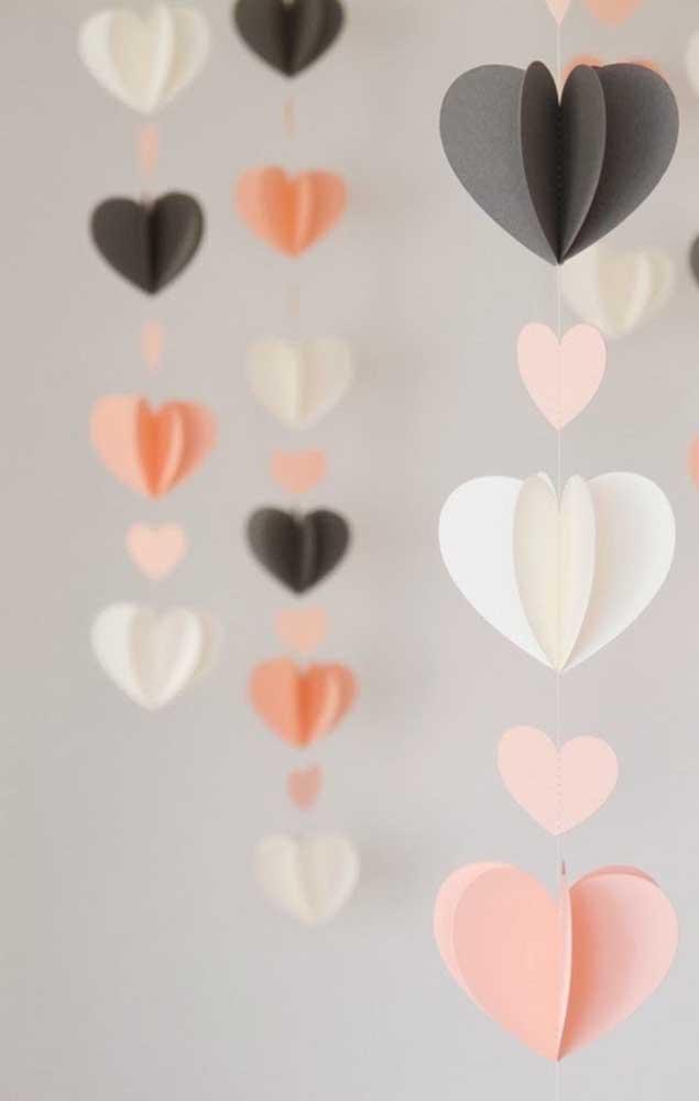 Corações de papel pendurados para decorar as Bodas de Papel