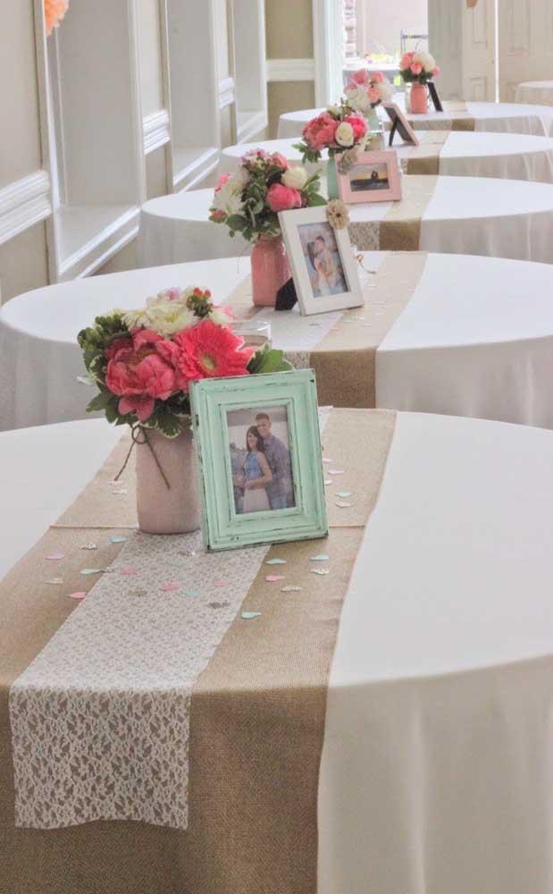 Uma ideia original e autêntica para decorar as mesas nas Bodas de Papel são os porta retratos com fotos do casal