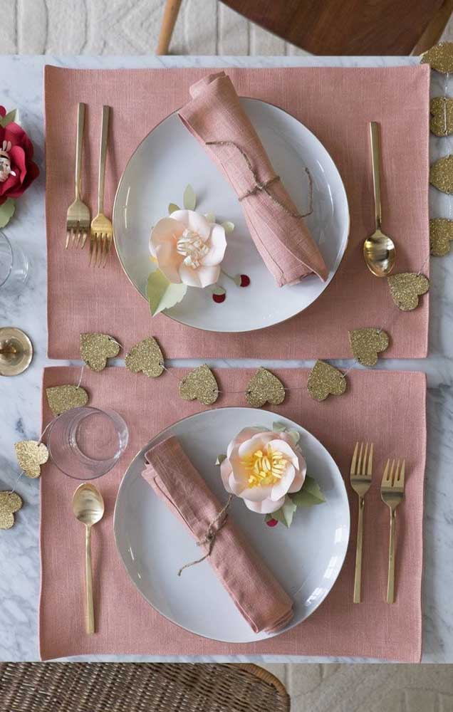 Sugestão de mesa posta para um jantar romântico em comemoração as Bodas de Papel