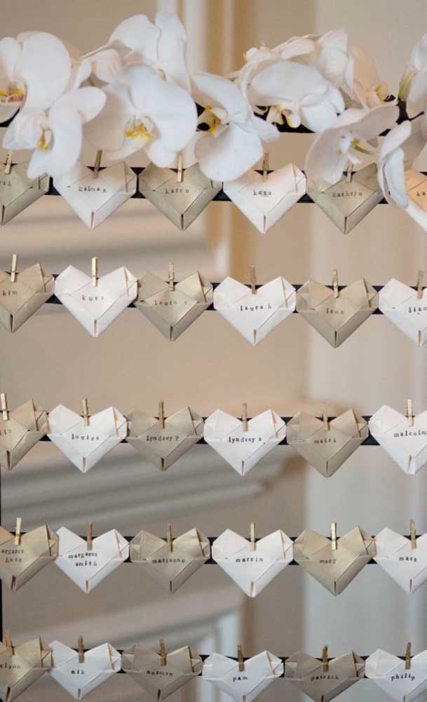 Varal de corações de papel para decoração das Bodas de Papel: simples e fácil de fazer