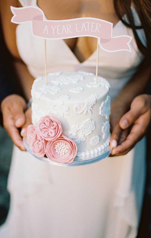 Modelo lindo e delicado de bolo para Bodas de Papel