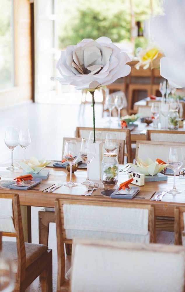 Flor de papel gigante para decorar a mesa da festa de bodas