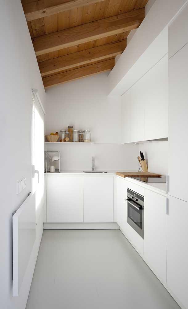 Cozinha clean e pequena com mesa retrátil de parede