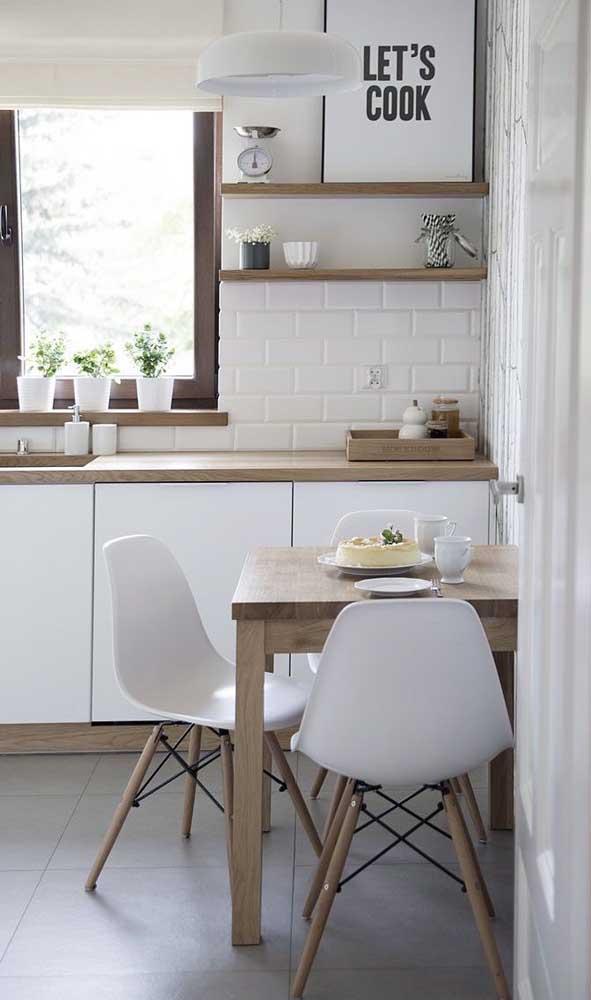 Mesa quadrada pequena para a cozinha seguindo o mesmo padrão de cores e texturas dos armários