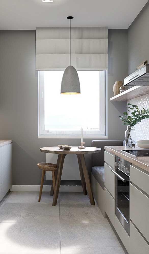 Essa cozinha pequena apostou em uma mesa redonda complementada pelo charme do canto alemão