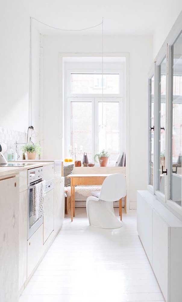 Para aproveitar toda a luz natural, a mesa pequena para cozinha foi colocada sob a janela