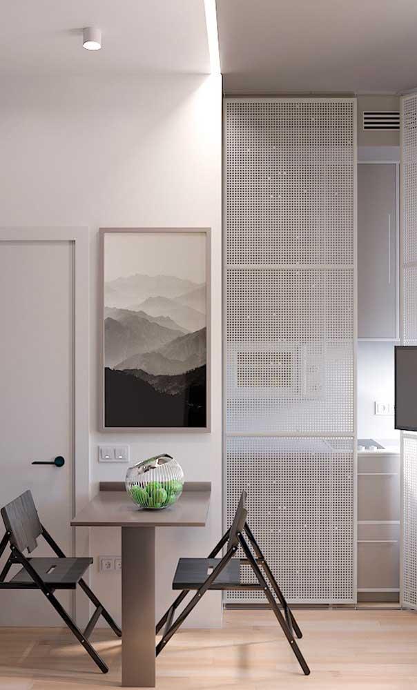 A mesa pequena também pode funcionar como um divisor de ambientes
