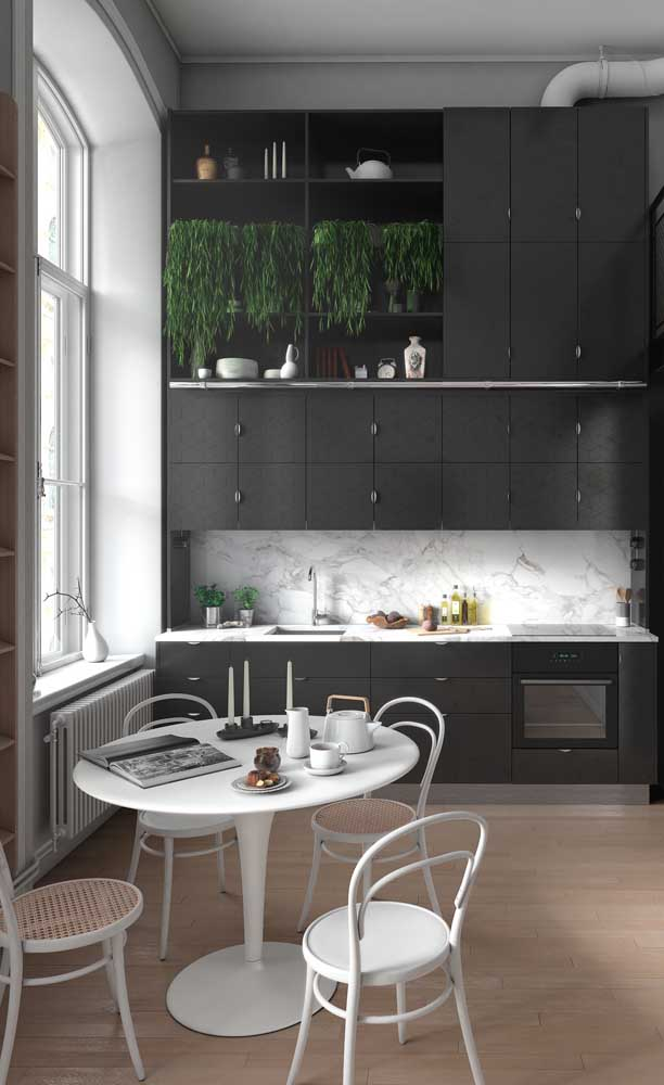 Mesa redonda pequena com quatro cadeiras; modelo perfeito para cozinhas pequenas e quadradas