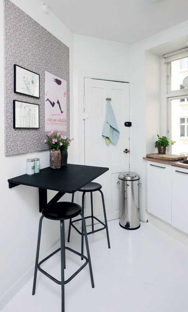 Mesa bancada retrátil com banquetas; se você quer espaço e praticidade esse modelo é perfeito