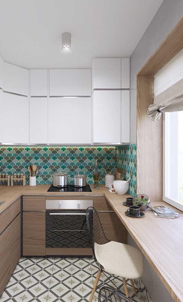 Mesa bancada feita sob medida acompanhando os armários da cozinha
