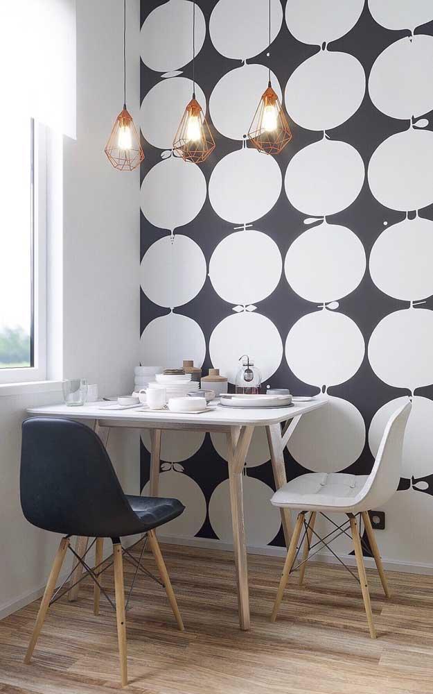 Mesa pequena, simples e funcional; repare que são as cadeiras que ajudam a valorizar a mesa