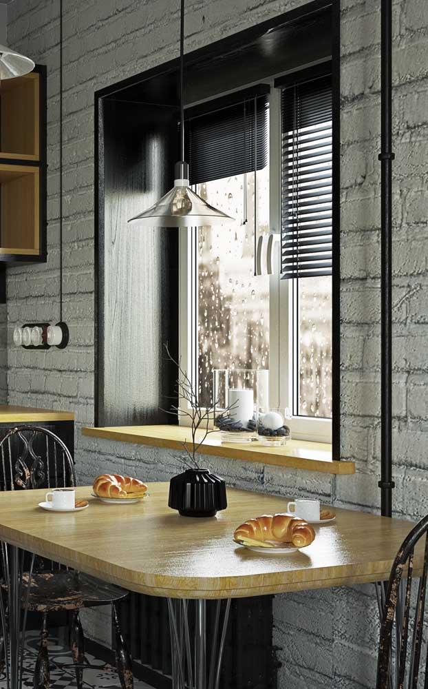 Cozinha de estilo industrial com uma mesa pequena cheia de originalidade