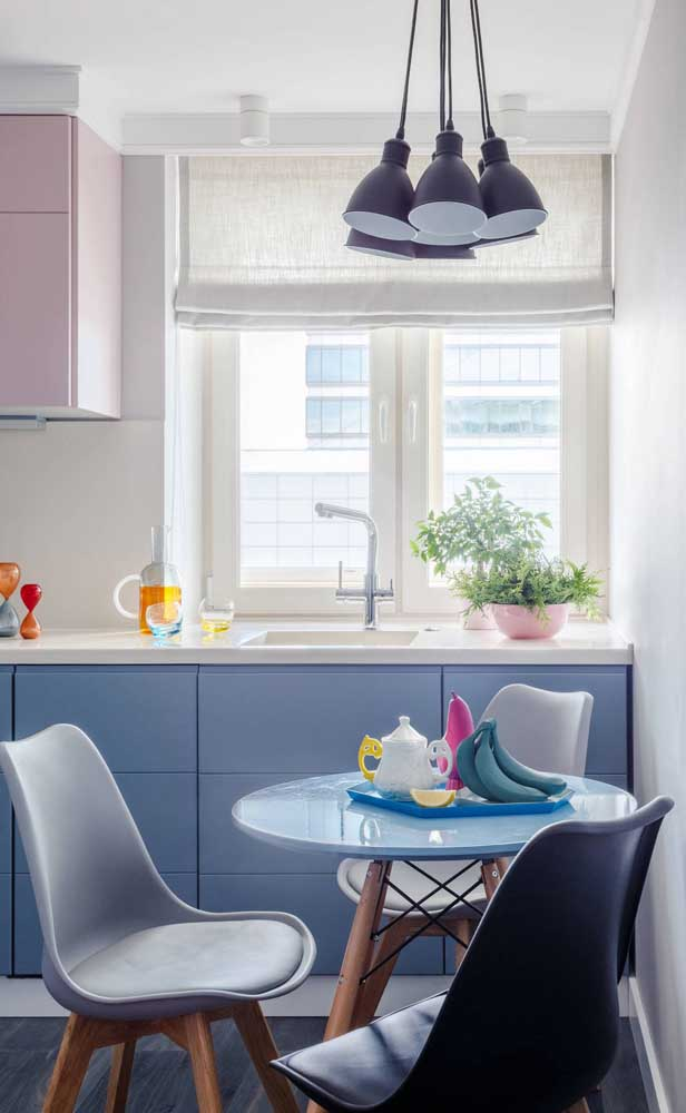 O tampo azul é o charme dessa pequena mesa redonda de cozinha