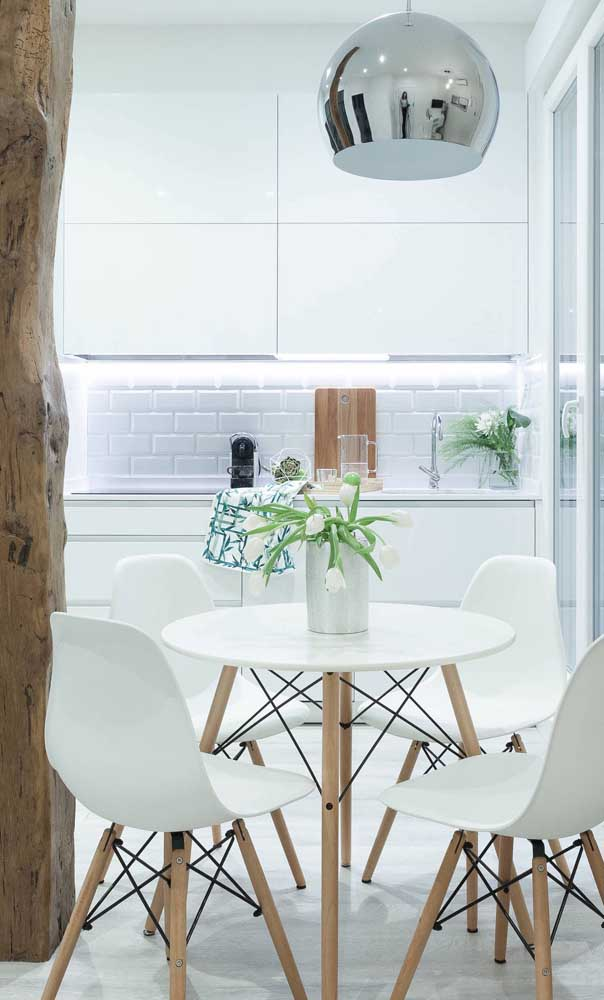 Conjunto de mesa redonda com quatro cadeiras estilo Eames Eiffel