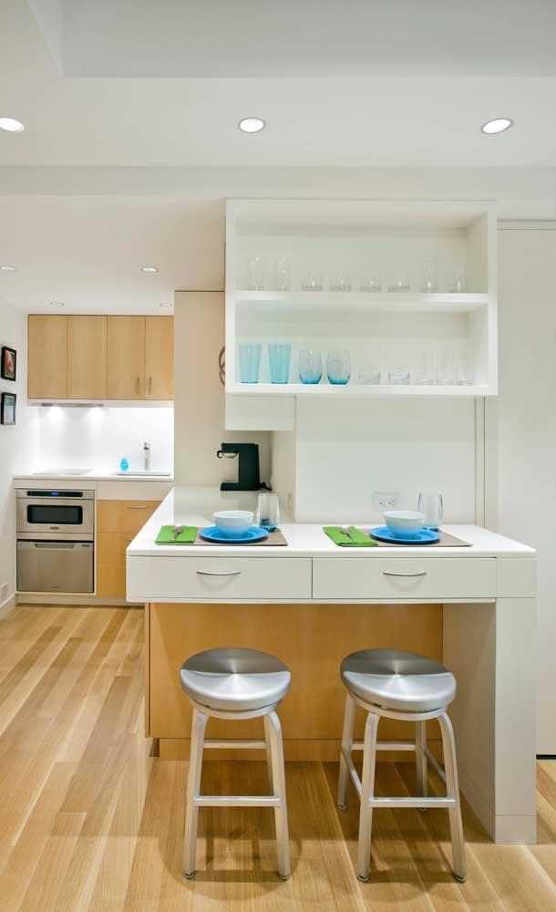 Cozinha moderna com mesa balcão