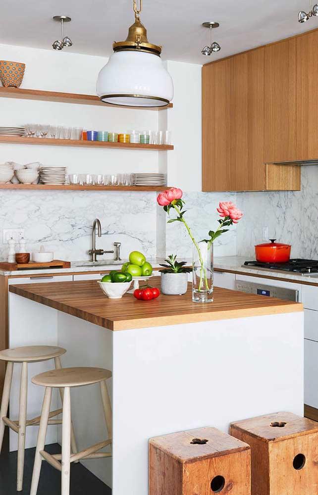 Uma alternativa interessante é usar a ilha da cozinha também como mesa