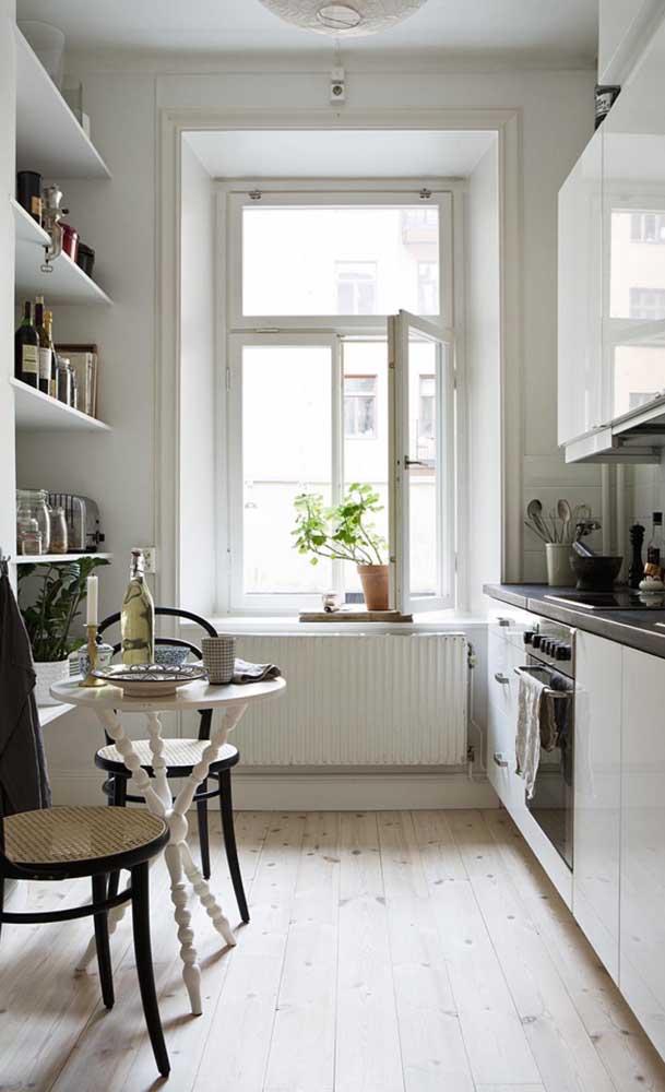 Olha um ótimo modelo de mesa pequena antiga que pode ser garimpada na casa da sua vó ou em um bazar