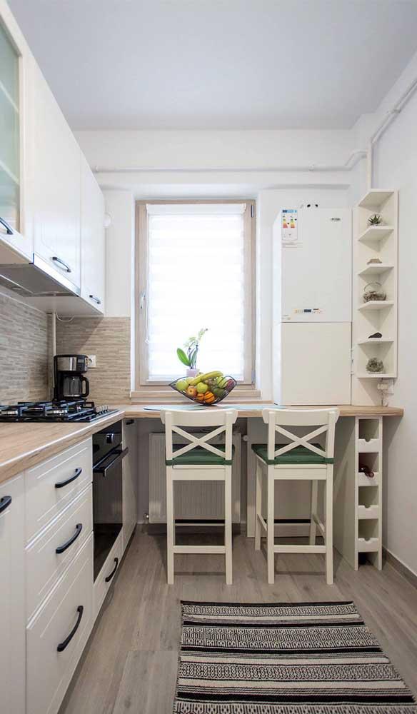 Cozinhas pequenas planejadas podem contar com mesas em estilo balcão para economizar espaço