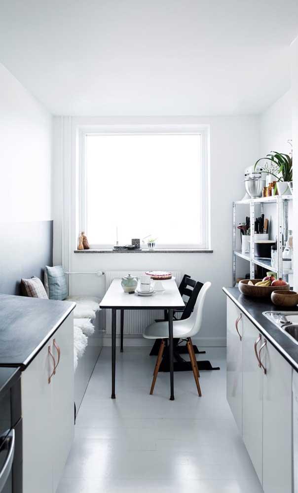 Cozinha estreita, estilo corredor, com canto alemão e mesa pequena retangular