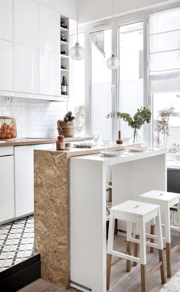Dois balcões em estilos diferentes formam a mesa dessa cozinha pequena moderna