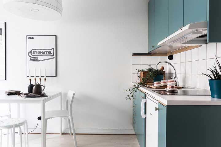 A mesa com cadeiras brancas ajuda a criar sensação de amplitude na cozinha pequena