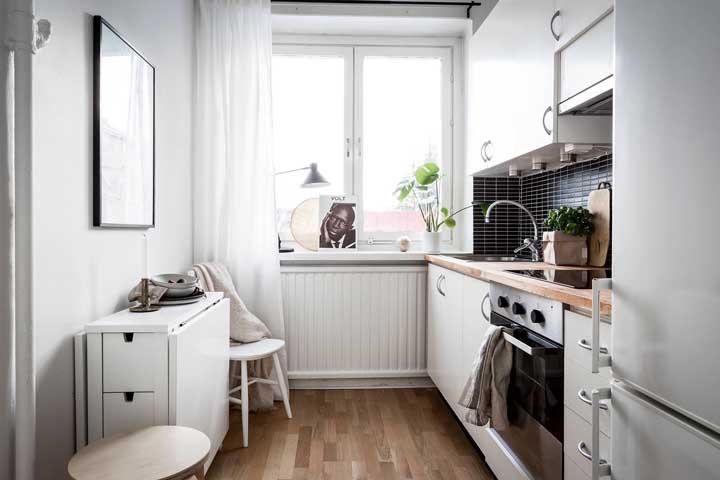 É mesa, é armário, é balcão! Em cozinhas pequenas, quanto mais funcionalidades em único móvel, melhor!