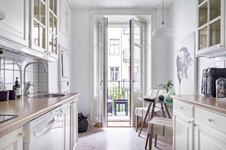 Passando quase despercebida nessa cozinha, a pequena mesa quadrada é aquele toque de carinho e conforto que todo lar precisa