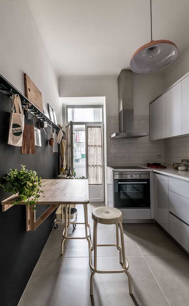 Mesa pequena retrátil de madeira; a cozinha pequena agradece!