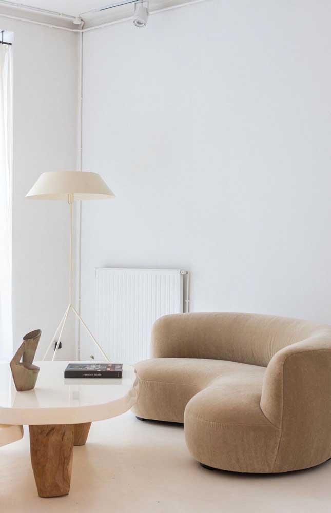 Sala de estar com base branca decorada com objetos em tom marfim; elegância, conforto e neutralidade