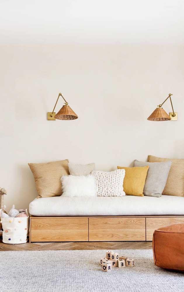 Marfim, cinza e mostarda compõe a paleta de cores dessa sala de estar