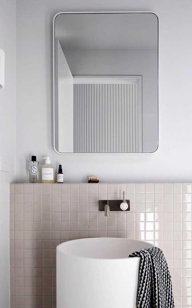 Leve toque de cor marfim para diferenciar o pequeno lavabo
